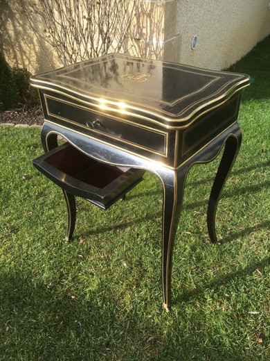 Small table with Napoleon III works of Louis XV style decorated with gilded and carved bronzes, signed DIEHL - PARIS - 19, rue Michel-le-Comte on the lock. The flap, above, opens and reveals multiple small storage and a mirror. There is also a drawer on t