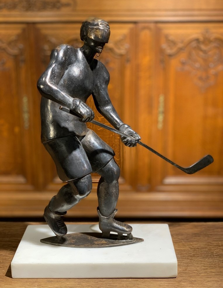 Hockey player sculpture